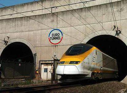 Un tren Eurostar asoma por el túnel submarino que une Francia e Inglaterra.