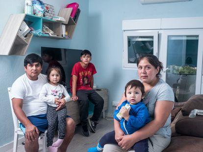 Rosa Elvira con su familia: su esposo Franklin y sus tres hijos en su nuevo piso.