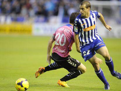 Juanma Gómez dribla a Óscar Rico en un momento del encuentro.