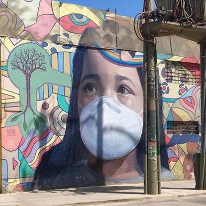 La boca resquebrajada de esta niña dibujada en las paredes de un mercado de Lima, en Perú, sirvió de excusa al artista Ricardo Cortez para incluir una mascarilla como forma de concienciar a los vecinos que cada día acuden a comprar a esta superficie.