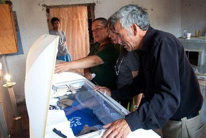 El padre de Sergio Adrián observa el féretro de su hijo, muerto tras recibir un disparo de la policía fronteriza de El Paso (tejas).
