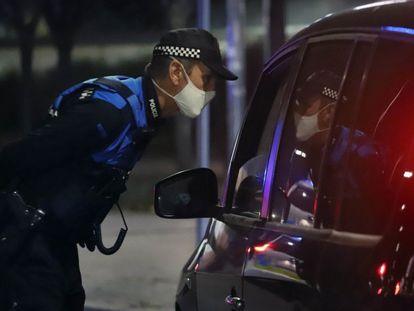 Un control policial, durante el estado de alarma y toque de queda en Terrassa (Barcelona).