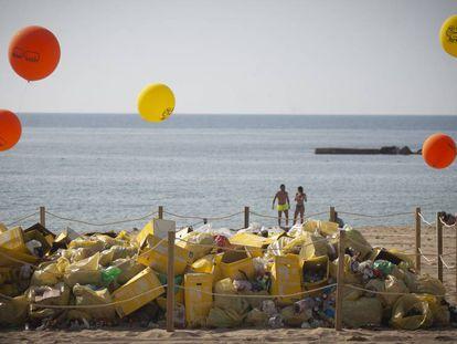 Residuos acumulados durante la verbena en las playas de Barcelona.