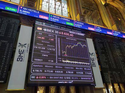 Varias pantallas muestran información bursátil, este miércoles al cierre de la Bolsa de Madrid.