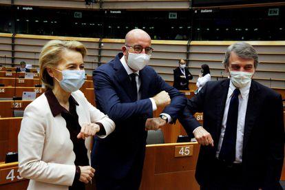 La presidenta de la Comisión Europea, Ursula von der Leyen, junto al presidente del Consejo Europeo, Charles Michel (centro) y el del Parlamenteo Europeo, David Sassoli.
