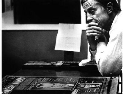 Ben Bradlee contempla la portada de 'The Washington Post' del día de la dimisión de Nixon, el 14 de agosto de 1974.