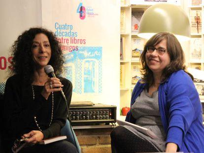 Leila Guerriero (a la izquierda) con la periodista Mercedes Cebrián, este jueves en Madrid.