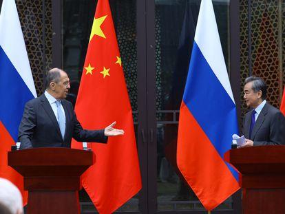 Los ministros de Exteriores de Rusia, Serguéi Lavrov, y China, Wang Yi, en una rueda de prensa este martes en Guilin (China)