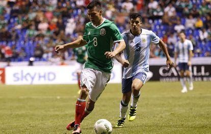 Hirving Lozano durante un partido con su selección