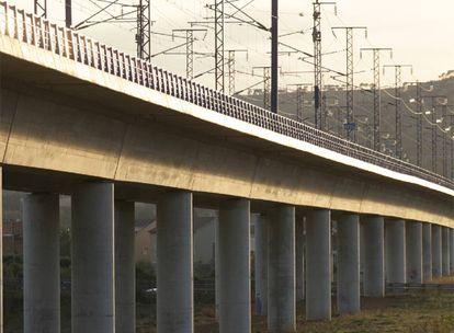 Viaducto de la línea del AVE en Santa Oliva, en El Vendrell (Tarragona).