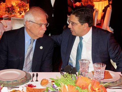 El ministro español de Asuntos Exteriores, Josep Borrell (izquierda), durante una cena, el sábado en Rabat, con su homólogo marroquí, Naser Burita.