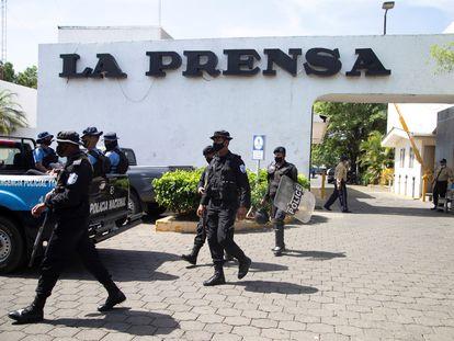 La policía de Nicaragua sale de una redada a las oficinas del diario 'La Prensa', el pasado 13 de agosto.