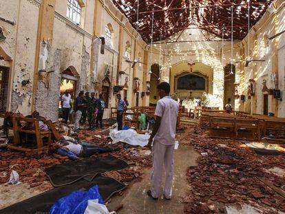 Interior de la iglesia de San Antonio, en Colombo, después de una de las explosiones.