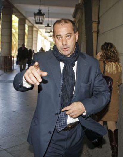 El exfutbolista José Antonio Gómez, conocido como Pizo Gómez, sale de los juzgados sevillanos.