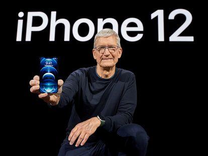 El consejero delegado de Apple, Tim Cook, con el iPhone 12.
