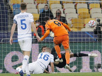 Morata anota su segundo gol de cabeza contra el Dínamo de Kiev este martes en Kiev.