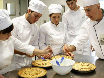Alumnos del Basque Culinary Center en clases de repostería.