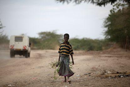 Un niño somalí en busca en comida