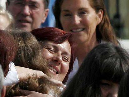 Cécilia Sarkozy sonríe mientras dos enfermeras excarceladas abrazan en Sofía a sus familiares.