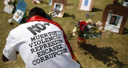 Un ciudadano frente a tumbas por violencia en Venezuela.