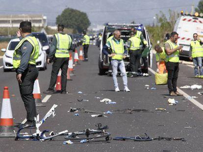 Agentes de la Guardia Civil y de Emergencias en la N-332, entre las localidades de Oliva y Denia, donde la conductora arrolló al grupo de ciclistas.