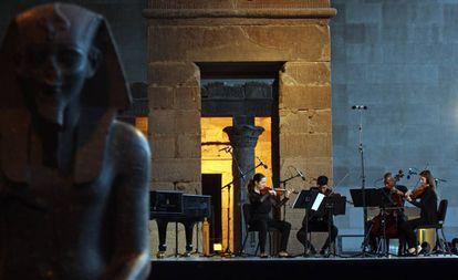 El New Juilliard Ensemble durante una presentación frente al templo de Dendur, en el Met, Nueva York, en 2015.