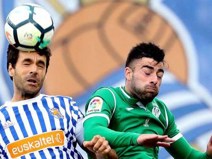 Xabi Prieto disputa un balón con Diego Rico.