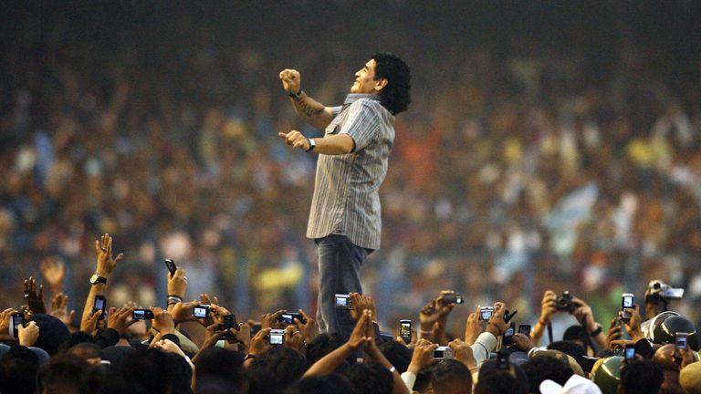 Maradona participa el 6 de diciembre de 2008 de un homenaje en el estadio de Salt Lake en Calcuta, India.