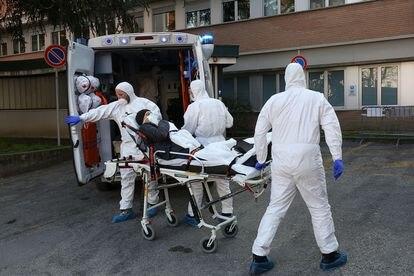 Traslado de un enfermo por coronavirus en Padua (Italia), el 22 de febrero.