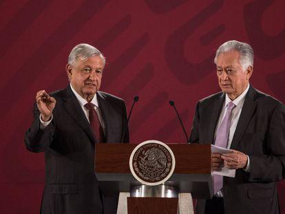 El presidente López Obrador y el director de la CFE, Manuel Bartlett, en una rueda de prensa.