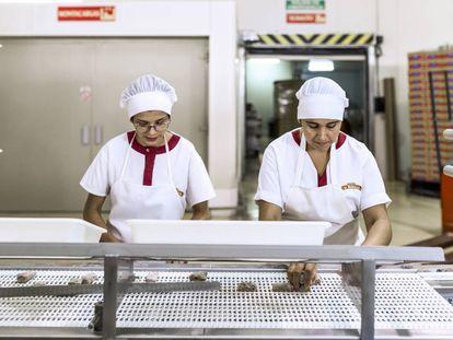 Dos trabajadoras de Dulces Olmedo durante el proceso de producción.