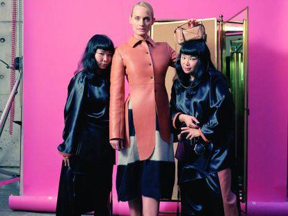 Amber Valletta, junto a Fumiko Imano y su hermana gemela en la campaña de Loewe.