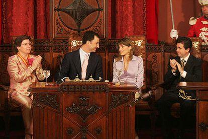 Los príncipes de Asturias, en el Ayuntamiento de Palma con la alcaldesa, Catalina Cirer, y el presidente de Baleares, Jaume Matas.