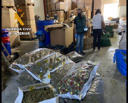 Un agente de la Guardia Civil ante parte del material del que se ha incautado la Operación Overdose, en la que se ha desmantelado una de las primeras fábricas de hachís asentadas en España.
