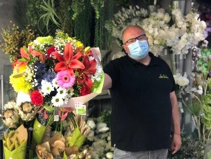Fernando, rodeado de plantas y flores. / FOTO: L. M.