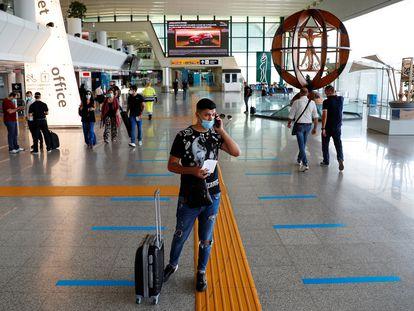 Un pasajero con mascarilla en el aeropuerto de Fiumicino, Italia.