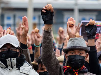 Manifestantes contra el golpe de Estado en Myanmar muestran huevos de Pascua con mensajes de protesta este el domingo en la ciudad de Taunggyi.