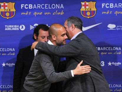 Andoni Zubizarreta, abraza a Guardiola en presencia de Rosell