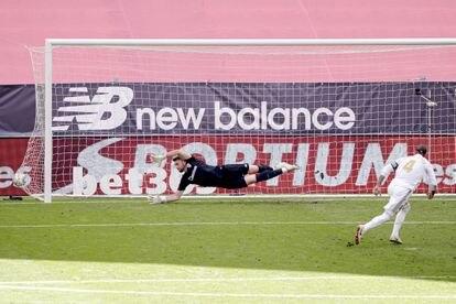 Sergio Ramos convierte el penalti en Bilbao.