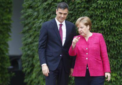 Angela Merkel y Pedro Sánchez en la puerta de la Cancillería.