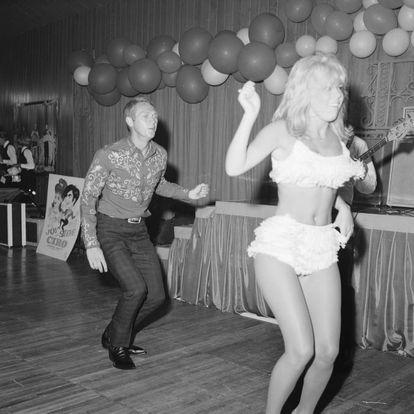 Steve McQueen bailando con una mujer en una fiesta celebrada en California en 1960.