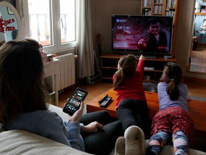 Una familia mira la televisión en Madrid, durante la cuarentena por el coronavirus.