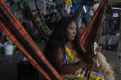 Teolinda Moralera Warao en el refugio Janokoida, donde viven indígenas venezolanos de la etnia Warao en Pacaraima, Roraima, Brasil.