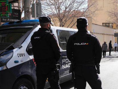 Dos policías nacionales en Palma, Mallorca, Baleares (España), el pasado 13 de febrero.