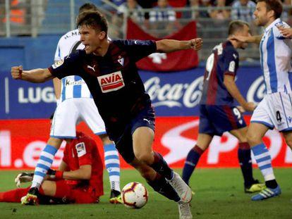 Marc Cardona celebra el primer gol del Eibar.