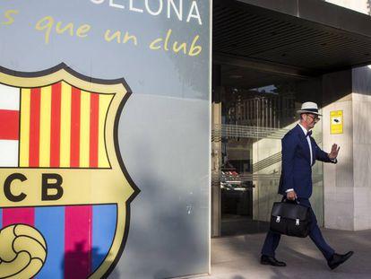 El abogado de Neymar deja las oficinas del Barcelona.