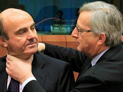 El presidente de la Comisión Europea, Jean-Claude Juncker, bromeando con el ministro de Hacienda, Luis de Guindos.
