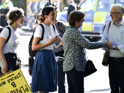 Jeremy Corbyn saluda a un grupo de manifestantes, a su llegada a la protesta contra el cambio climático, este viernes en Londres.