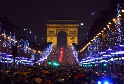 Miles de personas, la mayoría turistas, en la celebración de año nuevo en 2013 ante el Arco del Triunfo.
