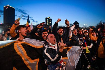 Decenas de ciudadanos protestaban contra las nuevas restricciones por el aumento de casos de covid-19, en Bucarest este lunes.